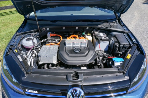 2015_volkswagen_e_golf_15