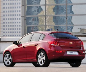 Chevy Unveils Cruze Hatchback to Dealers