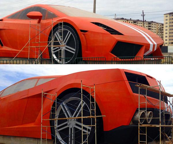 Giant Lamborghini Gallardo Turns up in Russia