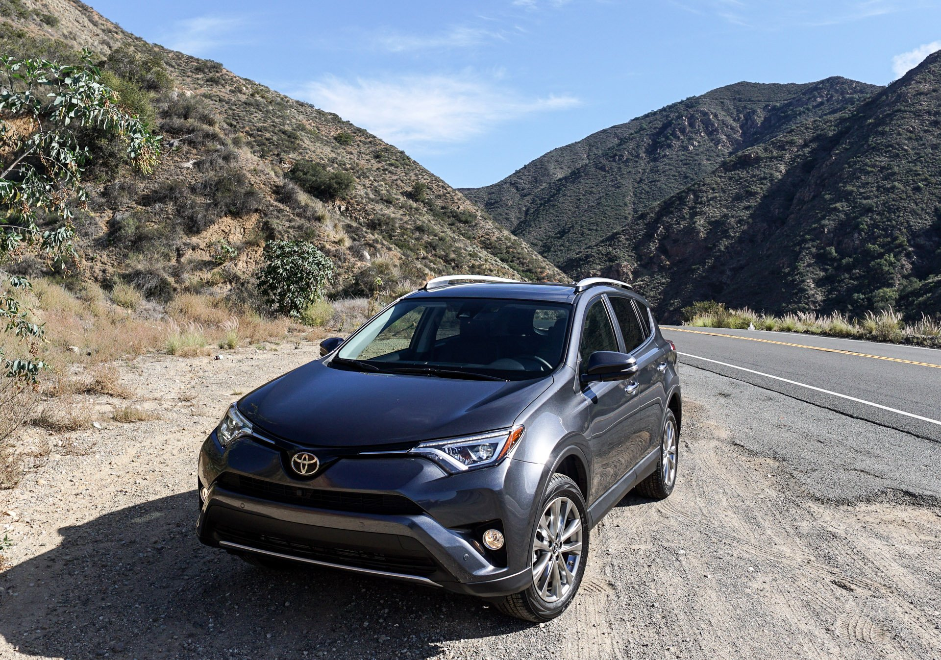 first drive review 2016 toyota rav4 hybrid and rav4 se 95 octane. Black Bedroom Furniture Sets. Home Design Ideas