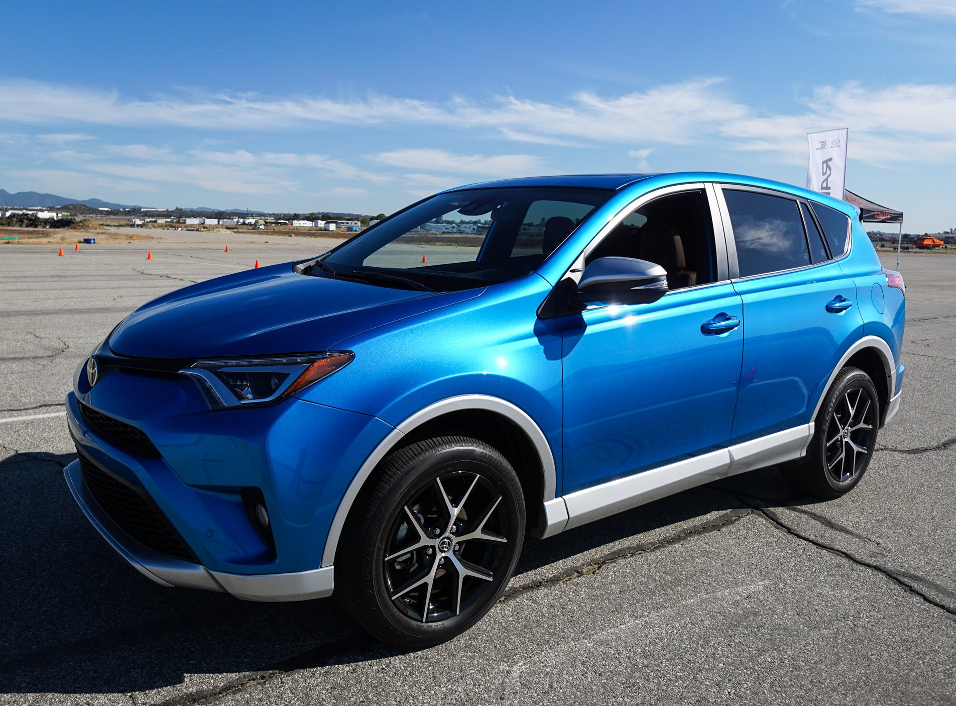 first drive 2016 toyota rav4 hybrid and rav4 se the thrill of driving. Black Bedroom Furniture Sets. Home Design Ideas