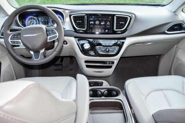 2017_chrysler_pacifica_4