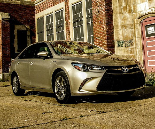 2017 Toyota Camry Hybrid SE Review: The Good Old Gold Standard